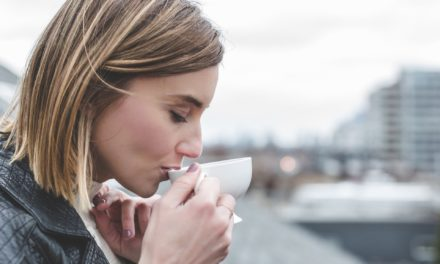 Plantas medicinales, café o té para la salud y belleza de la mujer